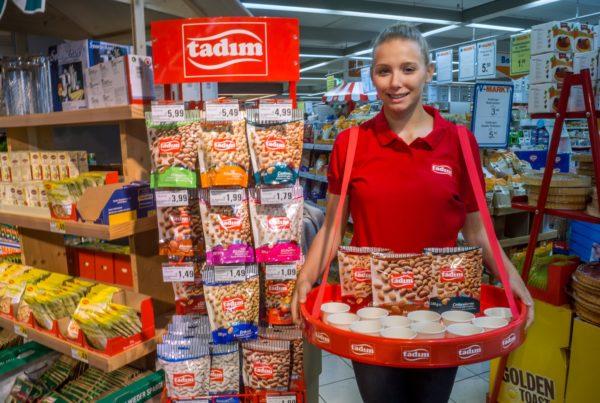 Tadim Promoter Promotion Verkostung Supermarkt Probe Sampling Degustation Nüsse Nuts Sales Personal